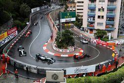 Le Safety Car devant Daniel Ricciardo, Red Bull Racing RB12