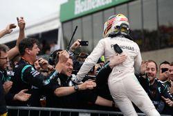 Le vainqueur Lewis Hamilton, Mercedes AMG F1 fête sa victoire dans le parc fermé