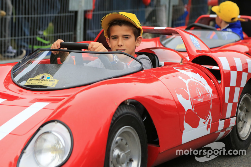 Niños manejan coche pequeño