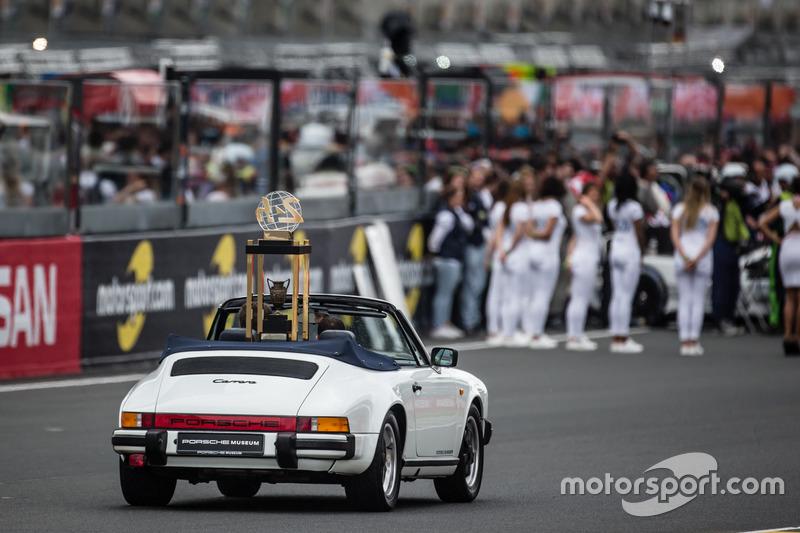 Трофей 24 часа Ле-Мана 2016 везут на Porsche 911