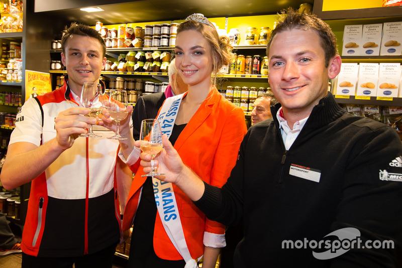 Церемонія відбитку долонь: переможці 24-х годин Ле-Мана 2015 року Нік Тенді та Ерл Бамбер, Porsche T