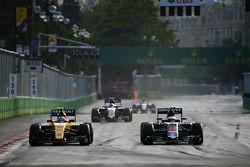 Jolyon Palmer, Renault Sport F1 Team RS16 y Jenson Button, McLaren MP4-31 luchan por la posicón