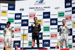 المنصة: المركز الثاني لانس سترول، بريما، الفائز بالسباق كالوم إلوت، فان أميرسفورت ريسينغ، المركز الث