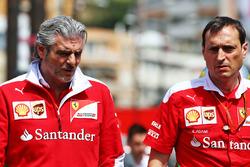 Maurizio Arrivabene, director del equipo Ferrari con Riccardo Adami, Ingeniero de carrera de Ferrari