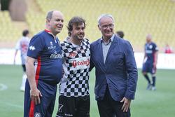 Le Prince Albert de Monaco, Fernando Alonso, McLaren, et Claudio Ranieri, entraîneur de Leicester City, lors d'un match de football caritatif
