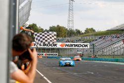 Finishvlag voor Edoardo Mortara Audi Sport Team Abt Sportsline, Audi RS 5 DTM