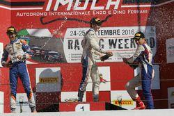 Le deuxième, Lorenzo Colombo, BVM Racing, le vainqueur, Job Van Uitert Jenzer Motorsport, le troisième, Marcos Siebert, Jenzer Motorsport sur le podium de la course 2