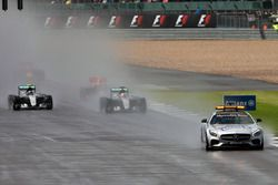 Lewis Hamilton, Mercedes AMG F1 W07 Hybrid güvenlik aracının arkasında lider