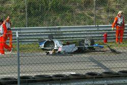 Teile vom zerstörten Auto von Peter Dumbreck, OPC Team Phoenix, Opel Vectra GTS V8, nach dem Crash