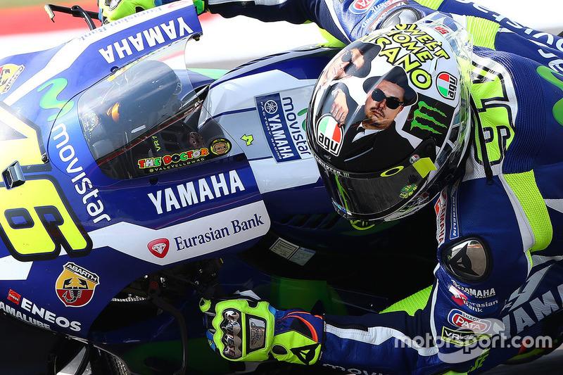 Valentino Rossi, Yamaha Factory Racing con su casco de los Blue Brothers