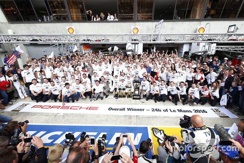Ganadores de la carrera#2 Porsche Team Porsche 919 Hybrid: Romain Dumas, Neel Jani, Marc Lieb con el equipo