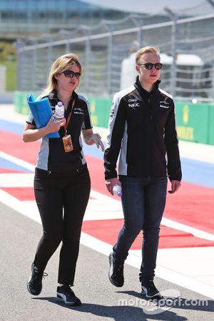 Nikita Mazepin, Sahara Force India F1 Team, Entwicklungsfahrer bei der Streckenbegehung mit Bernadet
