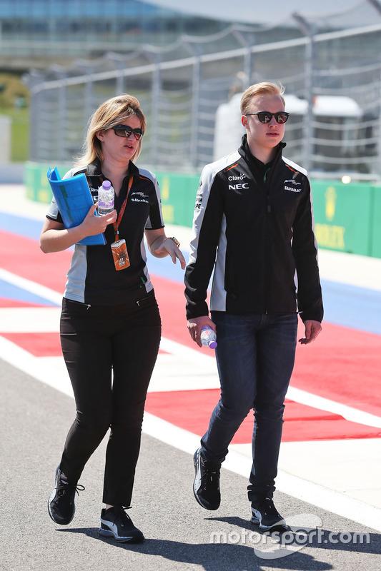 Nikita Mazepin, Sahara Force India F1 Team piloto de desarrollo anda el circuito con Bernadette Collins, Ingeniero de estrategia y Sahara Force India F1 Team Performance