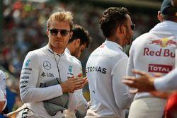 Nico Rosberg, Mercedes AMG F1 mentre la griglia osserva l'inno nazionale