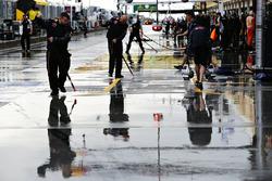 L'équipe Red Bull Racing travaille pour évacuer l'eau dans la pitlane