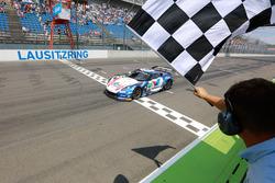 Checkered flag for #77 Callaway Competition, Corvette C7 GT3: Jules Gounon, Daniel Keilwitz