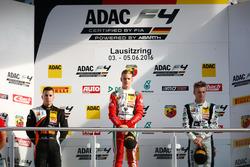 Podium : le deuxième, Joseph Mawson, Van Amersfoort Racing, le vainqueur Mick Schumacher, Prema Powerteam, le troisième, Jannes Fittje, US Racing