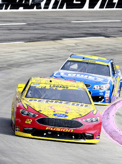 Joey Logano, Team Penske Ford, Jimmie Johnson, Hendrick Motorsports Chevrolet