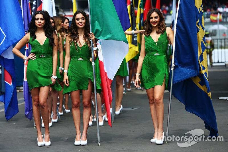 Grid girls nella parata dei piloti
