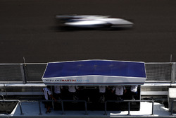Felipe Massa, Williams FW38, passe devant le muret des stands