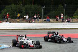 Romain Grosjean, Haas F1 Team VF-16 and Fernando Alonso, McLaren MP4-31 battle for position