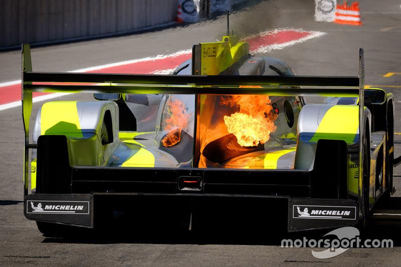 #4 ByKolles Racing Team Enso CLM P1/01: Oliver Webb, Dominik Kraihamer, Tom Dilmann, en llamas