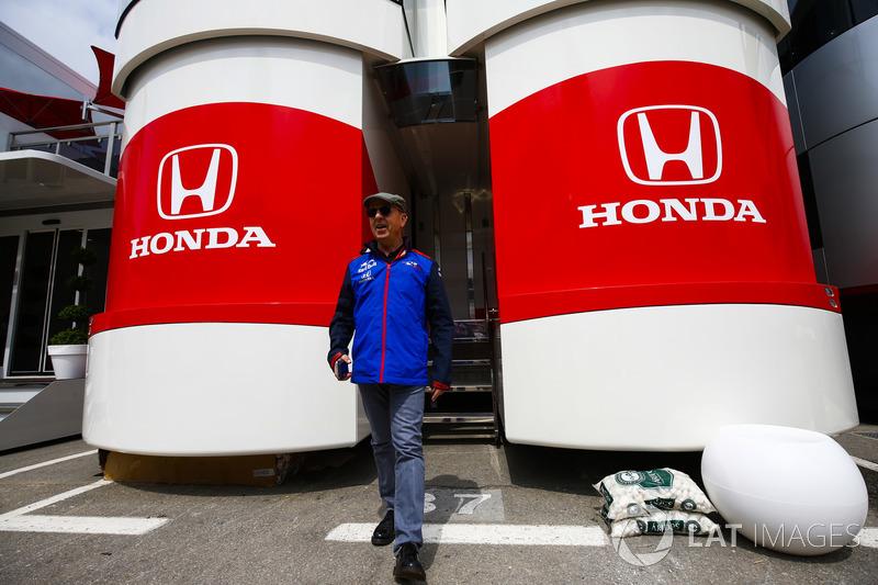 Eric Silbermann, addetto stampa Toro Rosso, esce dall'area hospitality Honda