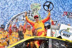 Победитель гонки Джой Логано, Team Penske, Ford Fusion Shell Pennzoil