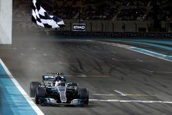 Drapeau à damier pour Valtteri Bottas, Mercedes F1 W08