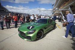 Усэйн Болт и гонщик Mercedes AMG F1 Льюис Хэмилтон на Mercedes AMG GT R