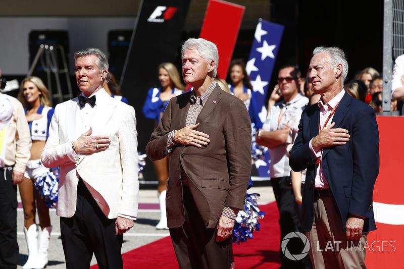 Michael Buffer et l'ancien président des États-Unis, Bill Clinton, lors de l'hymne national