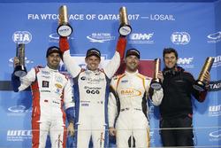 Podium : le vainqueur Tom Chilton, Sébastien Loeb Racing, Citroën C-Elysée WTCC, le deuxième Mehdi Bennani, Sébastien Loeb Racing, Citroën C-Elysée WTCC, le troisième Kevin Gleason, RC Motorsport, Lada Vesta