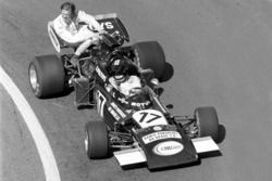 Carlos Pace, Williams March 711, givess Ronnie Peterson, Tyrrell a lift back