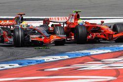 Lewis Hamilton, McLaren MP4-23 Mercedes, pasa a Felipe Massa, Ferrari F2008