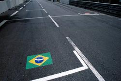 La griglia di partenza della Formula Uno con delle bandiere per includere Ayrton Senna e Roland Ratzenberger, morti tragicamente in occasione della gara precedente