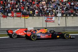 Daniel Ricciardo, Red Bull Racing RB14 et Kimi Raikkonen, Ferrari SF71H battle
