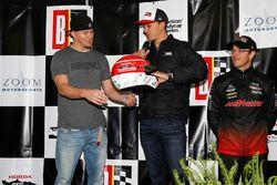 L'attore Channing Tatum riceve da Graham Rahal, Rahal Letterman Lanigan Racing Honda, un casco autografato da tutto il parco piloti Honda