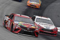 Kyle Busch, Joe Gibbs Racing, Toyota Camry Skittles e Ryan Blaney, Team Penske, Ford Fusion REV