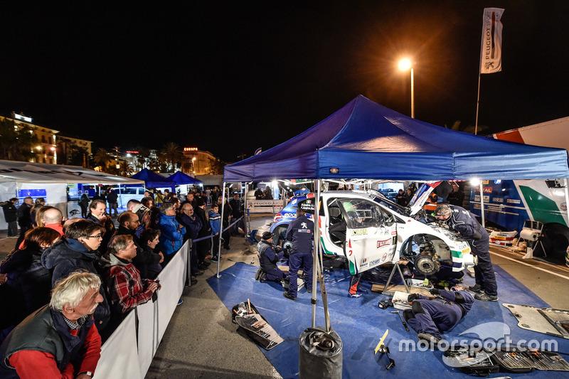 Meccanici del team Peugeot Sport Italia al lavoro nel parco assistenza