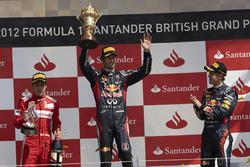 Подиум: победитель гонки Марк Уэббер, Red Bull Racing, второе место – Фернандо Алонсо, Ferrari, трет