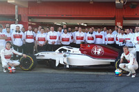 Marcus Ericsson, Charles Leclerc, Sauber con i membri del team