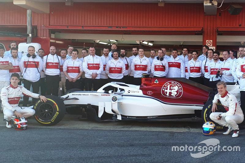 Marcus Ericsson, Charles Leclerc, dan kru tim Sauber
