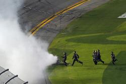 La crew di Austin Dillon, Richard Childress Racing Chevrolet Camaro corre a festeggiare la vittoria