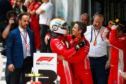Il vincitore della gara Sebastian Vettel, Ferrari, festeggia all'arrivo nel parco chiuso con Inaki Rueda, stratega, Ferrari