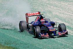 Daniil Kvyat, Toro Rosso STR9, door de grindbak