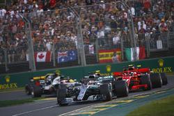 Lewis Hamilton, Mercedes AMG F1 W09, devant Kimi Raikkonen, Ferrari SF71H, Sebastian Vettel, Ferrari SF71H, Kevin Magnussen, Haas F1 Team VF-18 Ferrari, Max Verstappen, Red Bull Racing RB14 Tag Heuer, et Romain Grosjean, Haas F1 Team VF-18 Ferrari, au départ