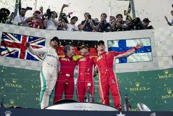 Lewis Hamilton, Mercedes-AMG F1, Inaki Rueda, ingénieur stratégie de Ferrari, Sebastian Vettel, Ferrari et Kimi Raikkonen, Ferrari, sur le podium