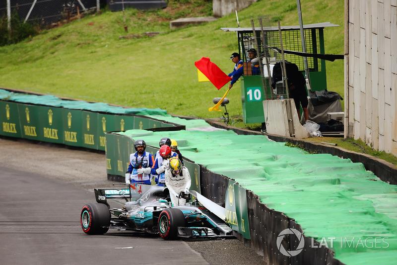 Lewis Hamilton, Mercedes AMG F1 W08, esce dalla sua monoposto dopo l'incidente in Q1