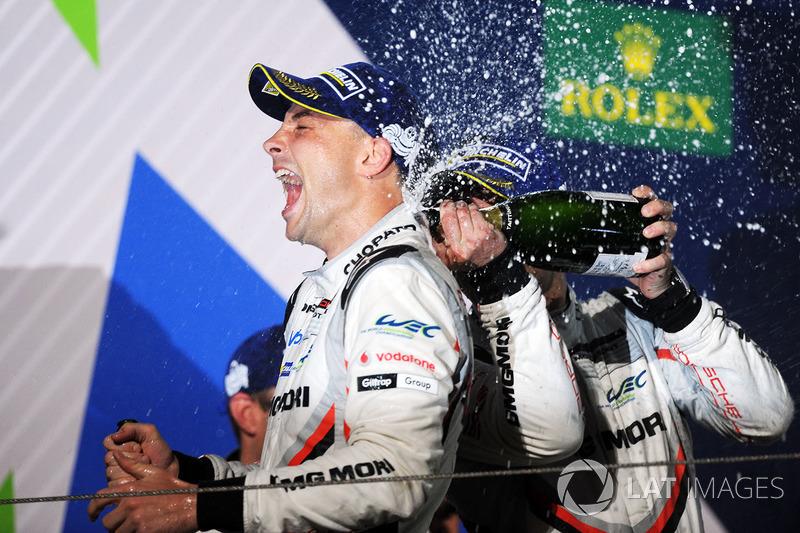 Podio: il secondo classificato Earl Bamber, Porsche Team festeggia con lo champagne