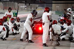 Charles Leclerc, Sauber C37 Ferrari, lascia il box dopo la sosta